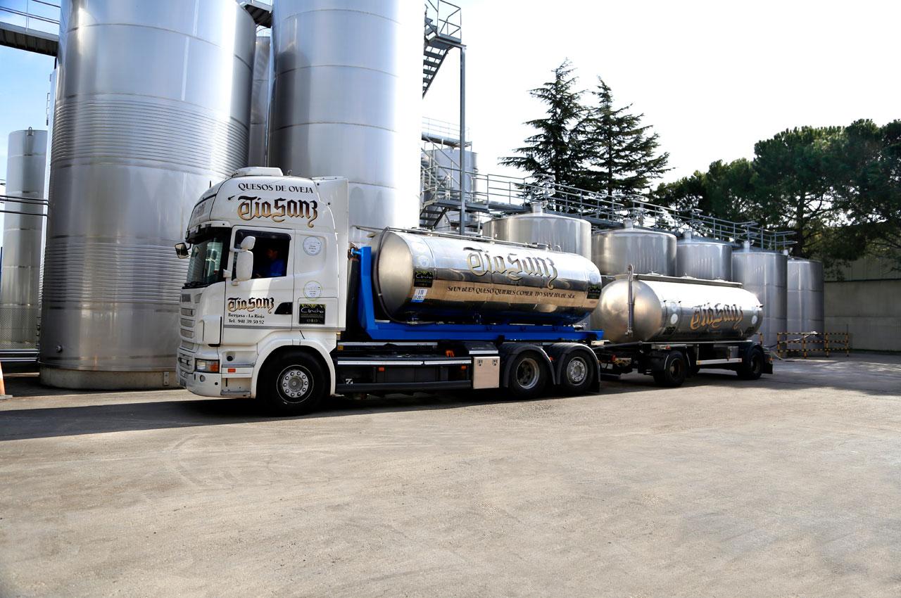Camión cisterna y depósitos de alumino